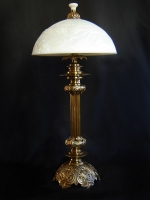 Λάμπα επιτραπέζια μπρούντζινη με λευκό οπάλιουμ καπέλο